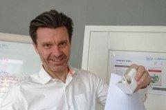 Henryk-Mioskowski-von-innoXperts-leitet-das-OSPA-InnoCamp-zur-Ideenentwicklung