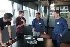 Teilnehmer-Innovationsworkshop-InnoCamp-Ospa-diskutieren-Ideen