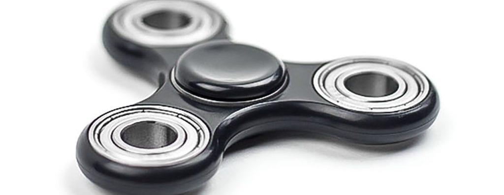 Das Flywheel bewegt sich wie ein Fidget Spinner um den Kunden und ersetzt den Sales Funnel